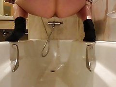 My pussy pee in bathtub soaking my butt